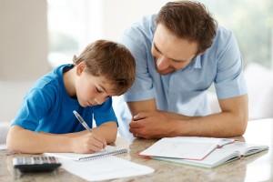 padre haciendo los deberes